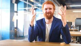Homem de negócios Going Crazy e sentimento cabelos frustrados, vermelhos Imagem de Stock Royalty Free