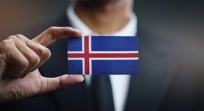 Homem de negócios Holding Card da bandeira de Islândia imagens de stock