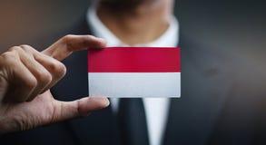 Homem de negócios Holding Card da bandeira de Mônaco foto de stock