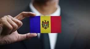 Homem de negócios Holding Card da bandeira de Moldova imagens de stock royalty free