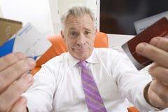 Homem de negócios Holding Credit Cards Fotografia de Stock Royalty Free