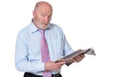 Homem de negócios idoso com o compartimento isolado no fundo branco imagens de stock royalty free