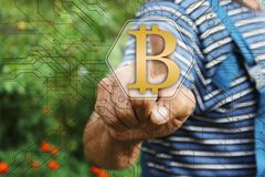 Homem de negócios idoso que escolhe bitcoins no tela táctil na rede global O conceito da distribuição dos bitcoins Conceito fotos de stock