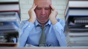 Homem de negócios Image na sala explicando do arquivo que sofre uma dor de cabeça grande video estoque