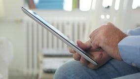 Homem de negócios Image no texto interior do escritório usando a conexão sem fio da tabuleta vídeos de arquivo