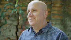 Homem de negócios Image Smiling Happy que espera uma reunião imagem de stock royalty free