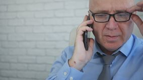 Homem de negócios Image Talking ao escritório interior do telefone celular imagens de stock