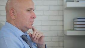 Homem de negócios Image Thinking Pensive na sala do escritório fotos de stock