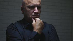 Homem de negócios incomodado Thinking e fatura de gestos de mão decepcionantes fotografia de stock royalty free