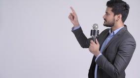 Homem de negócios indiano novo como o apresentador que apresenta algo video estoque