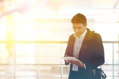 Homem de negócios indiano que usa o tablet pc na estação de trem Foto de Stock Royalty Free