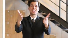 Homem de negócios insatisfeito Angry com as colegas de equipa, gritando Fotos de Stock