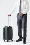 Homem de negócios irreconhecível com um telefone celular e uma mala de viagem Imagens de Stock