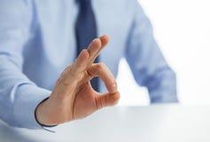 Homem de negócios irreconhecível que mostra o sinal APROVADO Imagens de Stock
