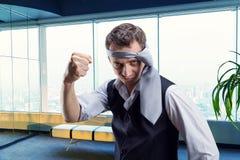 Homem de negócios irritado com um laço em sua cabeça foto de stock royalty free