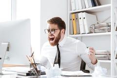 Homem de negócios irritado gritando que guarda originais imagem de stock royalty free
