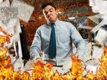 Homem de negócios irritado no escritório fotografia de stock