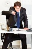 Homem de negócios irritado que aponta o dedo em você Imagens de Stock