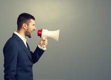 Homem de negócios irritado que usa o megafone Imagem de Stock Royalty Free