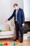 Homem de negócios irritado que volta em casa Imagem de Stock