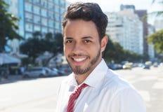Homem de negócios latin de riso na cidade Foto de Stock Royalty Free