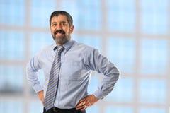 Homem de negócios latino-americano com mãos nos quadris Fotografia de Stock Royalty Free