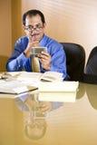 Homem de negócios latino-americano de meia idade que texting Imagens de Stock