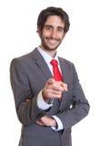 Homem de negócios latino com barba que aponta na câmera Foto de Stock Royalty Free