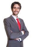 Homem de negócios latino com barba que ri da câmera Fotos de Stock Royalty Free