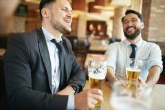 Homem de negócios Laughing na barra Imagens de Stock Royalty Free