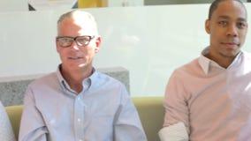 Homem de negócios Leading Brainstorming Session com colegas video estoque