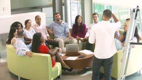 Homem de negócios Leading Brainstorming Session com colegas filme