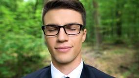 Homem de negócios livre da alergia feliz que respira o ar fresco na floresta, conceito dos cuidados médicos fotos de stock
