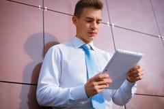 Homem de negócios Looking Down no tablet pc Imagens de Stock