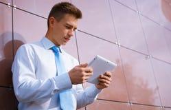 Homem de negócios Looking Down no tablet pc Fotografia de Stock Royalty Free