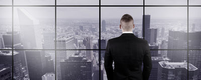 Homem de negócios Looking Out a janela Fotos de Stock