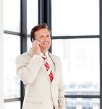 Homem de negócios maduro feliz no telefone Fotografia de Stock Royalty Free