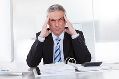 Homem de negócios maduro With Head Ache imagens de stock