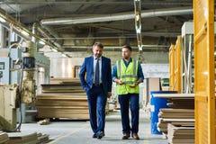 Homem de negócios maduro Inspecting Modern Factory imagem de stock royalty free