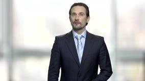 Homem de negócios maduro sério com expressão pensativa video estoque