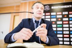 Homem de negócios maduro Speaking na conferência de imprensa foto de stock