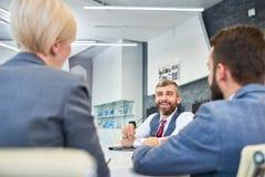Homem de negócios maduro Talking aos sócios na reunião fotos de stock