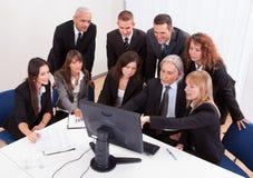 Homem de negócios maduro With Team Discussing Fotografia de Stock Royalty Free