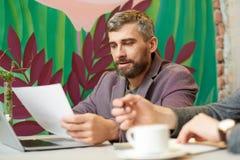 Homem de negócios maduro Working no café fotos de stock royalty free