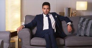 Homem de negócios mexicano que senta-se em casa imagens de stock royalty free