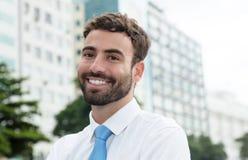 Homem de negócios moderno com barba e laço azul na cidade Foto de Stock