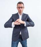 Homem de negócios moderno enrijecido que espera com punhos junto para acalmar-se para baixo imagem de stock