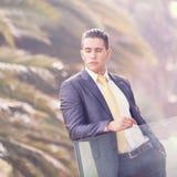 Homem de negócios moderno no balcão do escritório Imagens de Stock Royalty Free
