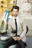 Homem de negócios moderno que senta-se no 'trotinette' Fotografia de Stock