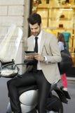 Homem de negócios moderno que senta-se no 'trotinette' Imagem de Stock Royalty Free